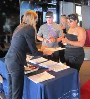 Una delle hostess registra gli iscritti ai seminari